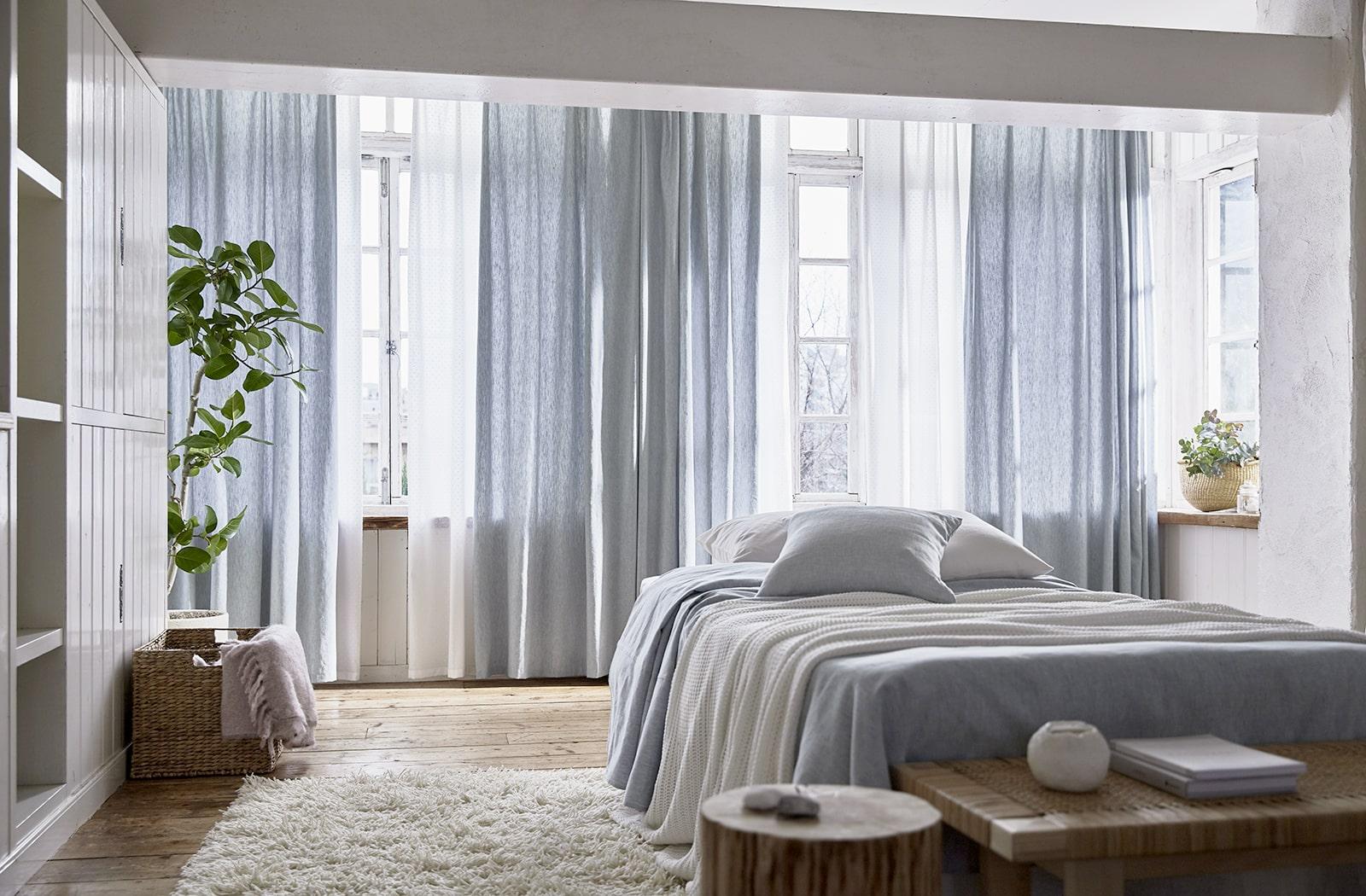 水色のカーテンで爽やかなお部屋作り 取り入れ方のコツを解説 オーダーカーテンオンラインショップ Wardrobe Sangetsu